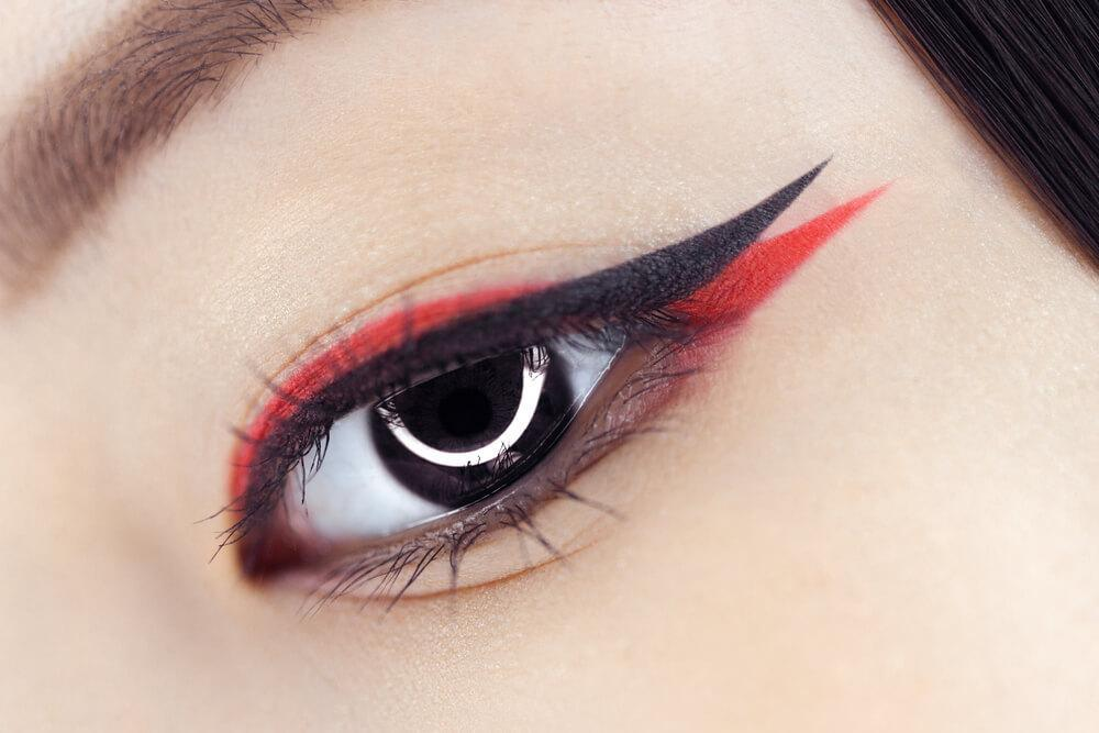 Black and red eyeliner look with multiple tips